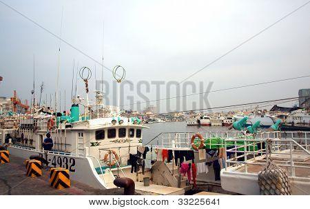 Fischerboote im Hafen von Donggang In Taiwan