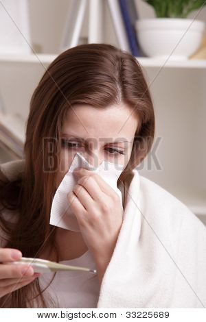 ella sufre un resfriado