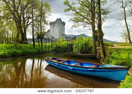 Boot bei Ross Castle in County Kerry, Irland