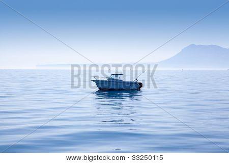 barco de pesca no mar Mediterrâneo Denia com montanha de Mongo