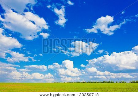 blauer Himmel über der Ebene