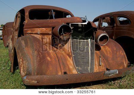 Carro de ferro-velho velho enferrujado