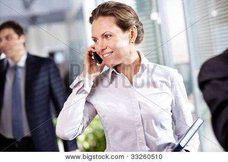 Bild der moderne geschäftsfrau mit Handy im Arbeitsumfeld
