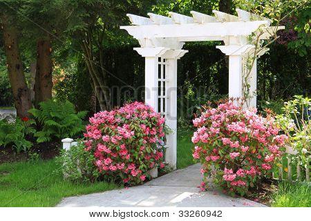 Arbor bonito jardim com flores cor de rosa. Também disponível na vertical.