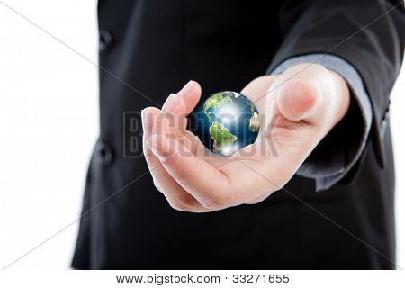 Segurando o pequeno mundo em suas mãos contra o fundo branco (elementos da imagem de homem de negócios