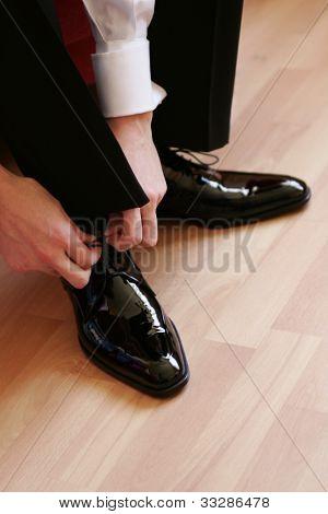 Kaufmann Schuhe anziehen