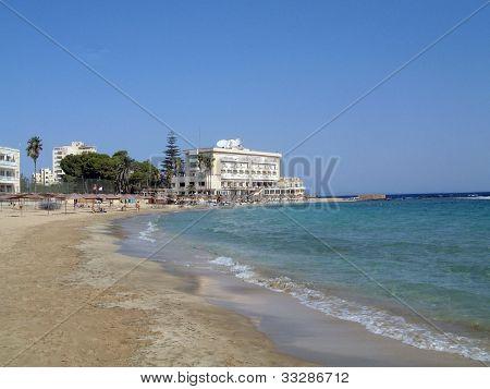 Vista general de la playa en Famagusta en la República turca de Chipre septentrional.