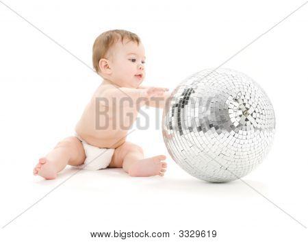 Adorable niño con gran bola de discoteca