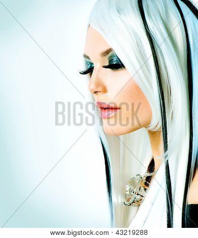 Estilo de belleza Fashion Girl blanco y negro. Pelo largo blanco con rayas negras. Maquillaje de ojos ahumados. BL