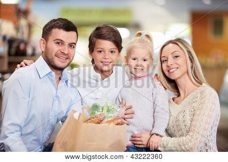 Família com filhos em loja