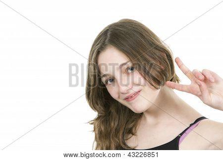 Pré jovem adolescente fazendo um v-sign