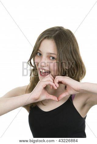 Pré jovem adolescente fazendo um símbolo de coração com ambas as mãos