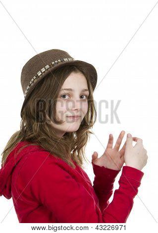 Pre teen jovem posando com um chapéu