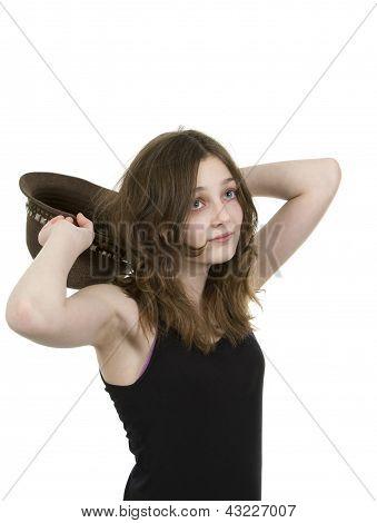 Pre teen jovem segurando um chapéu por trás de sua cabeça