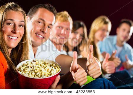 Menschen sehen einen Film im Kino und Spaß haben sie Lächeln in die Kamera
