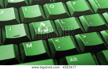 Teclado de computadora verde con Logo de reciclaje