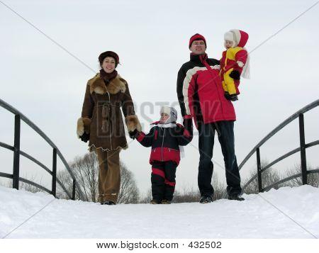 Familie von vier auf Winter-Brücke