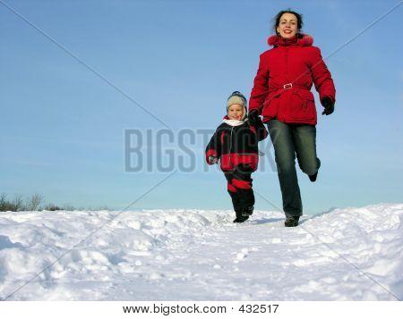 Mutter mit Sohn ausführen. Winter.