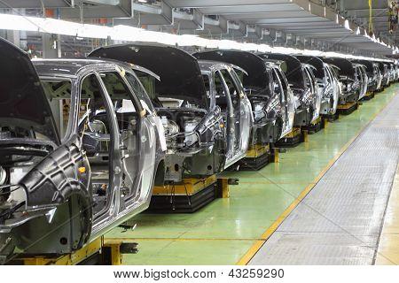 TOGLIATTI - 30 de septiembre: Fila de nuevas instancias para Lada Kalina en fábrica Avtovaz en 30 de septiembre de 2011