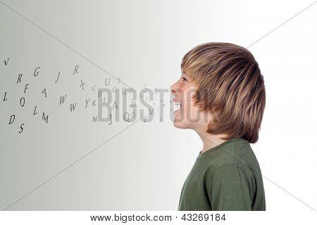 Adorável pré-adolescente com muitas cartas da sua boca isolada em um mais cinza de fundo