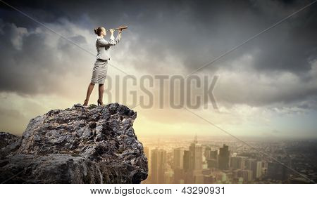Mujer de negocios con telescopio