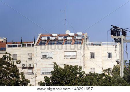 Calentador de agua solar está en el tejado de la casa