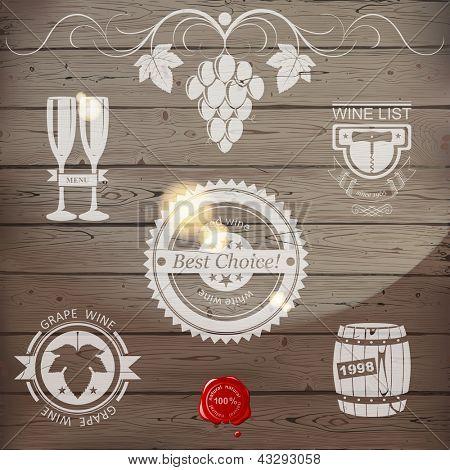 Emblemas de vinhos estilizadas em fundo de madeira. EPS 10.