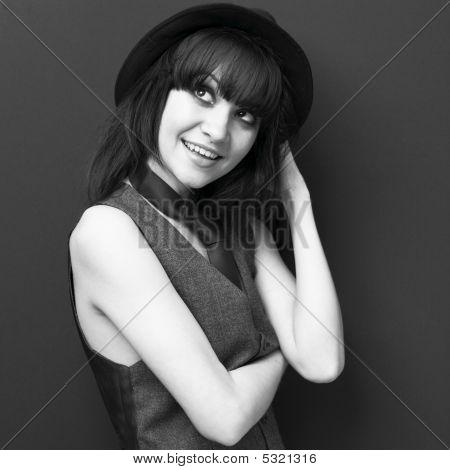 Moça atraente no chapéu
