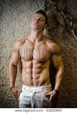 Musculoso atractivo contra la pared