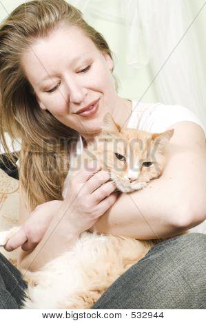 Menina Petting gato