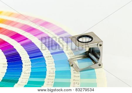 Magnifying glass standing on color guide