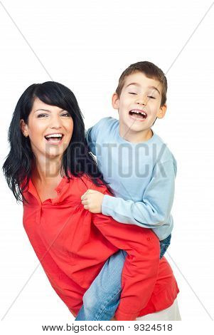 Mãe e filho em Piggyback engraçado