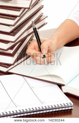 Person Hand mit Stift Buchdokument Signieren