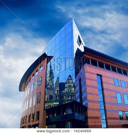 Arquitectura de edificios de negocios sobre fondo de cielo