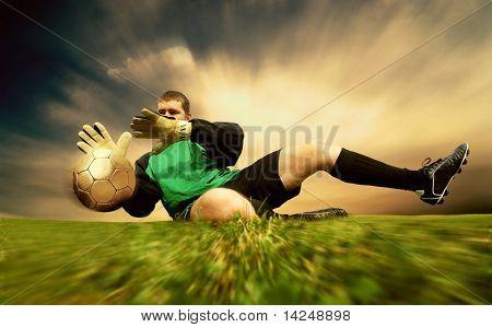 Sprung von Fußball Goalman auf dem freien Feld