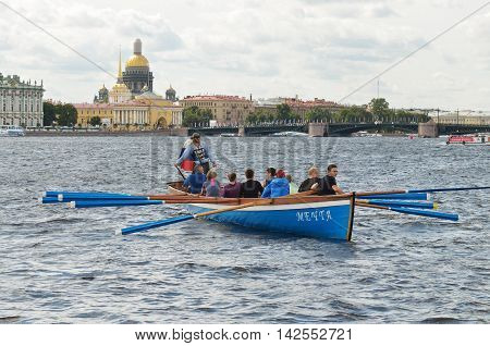 13.08.2016.Russia.Saint-Petersburg.Team of rowers in the boat rowing to shore.