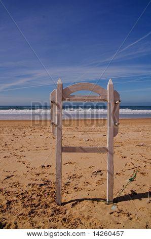 signo de salvavidas en la playa desierta