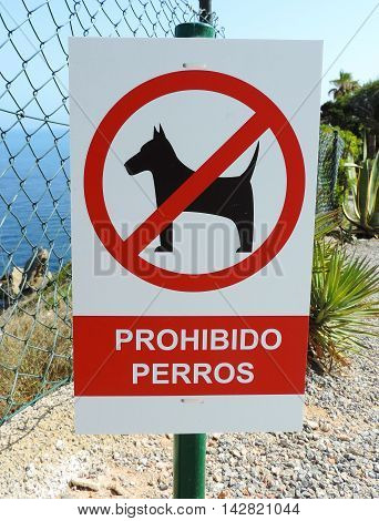 Prohibited sign for dogs in spanish language, no dogs allowed.