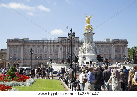 Lots Of Tourists Around Buckingham Palace