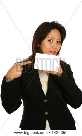 asiatische Frau ein Stück aus weißen Karte