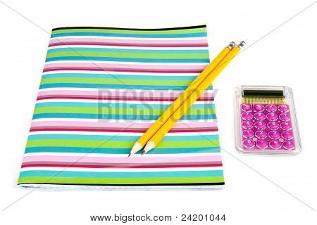 Farbige Schulheft mit hölzernen Bleistifte und Taschenrechner