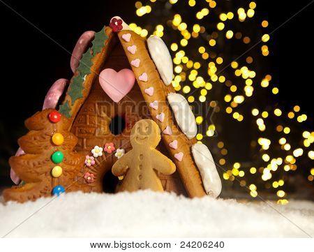 Homem-biscoito engraçado na frente de sua casa de doces