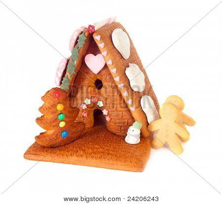 Casa isolada de gengibre com homens doces e pão de especiarias