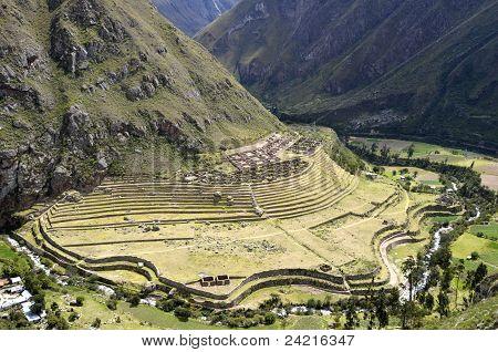 Ruinas de la antigua Llactapata Inca en el valle del Urubamba