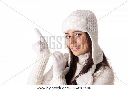 Mujer joven en ropa de invierno.