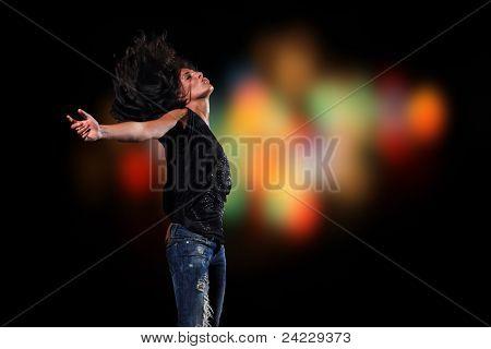Mooie glamoureuze jonge vrouw voor de nacht lichten