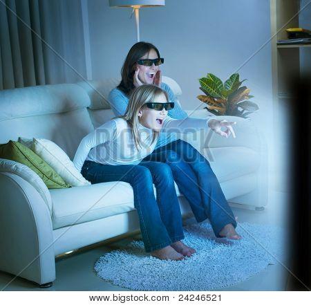 Mädchen, die gerade 3d Film im Fernsehen