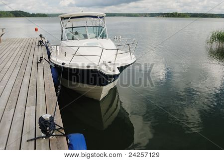 Großes weißes Boot gefesselt an der Küste