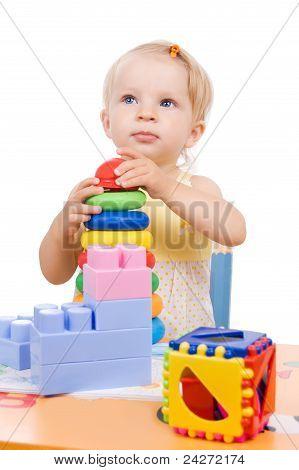 Bebé niña jugando pirámide