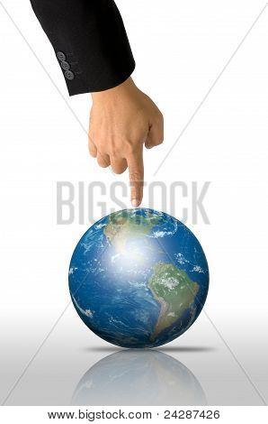 Dedo no terno preto apontando para baixo para o globo